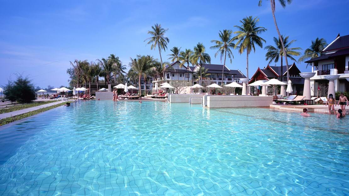 POOL MED SEAVIEW - Apsara Beachfront Resort har pool med seaview, Check Point Travel